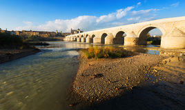 Forntida stenbro över den Guadalquivir floden i Cordoba royaltyfri bild