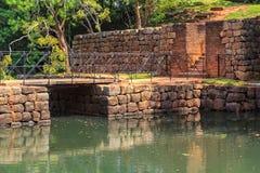 Forntida stenbro över en kanal på vägen till fästningen av Sigiriya Lion Rock arkivfoto