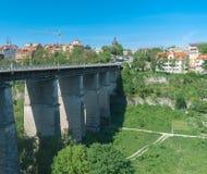 Forntida stenbro över floden hög bro kanjon djupt Royaltyfria Bilder