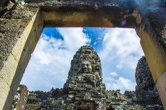 Forntida stendörr och Buddhaframsidor av den Bayon templet Angkor Wat cambodia Arkivfoton