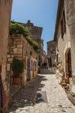 Forntida stenhus i gränd, i den medeltida lilla byn av Baux-de-Provence Arkivbild