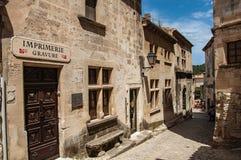Forntida stenhus i gränd, i den medeltida lilla byn av Baux-de-Provence Fotografering för Bildbyråer