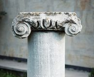 Forntida stenklassikerkolonn Royaltyfri Fotografi