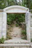 Forntida stenport av kyrkogården Royaltyfri Foto