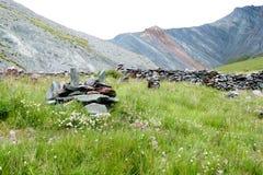 Forntida stenstad Yarloo bergdal med stenmonument altaidagar sist bergsommar siberia Ryssland royaltyfri foto
