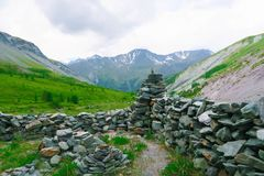 Forntida stenstad Yarloo bergdal med stenmonument altaidagar sist bergsommar siberia Ryssland royaltyfria foton