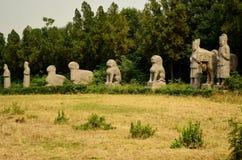 Forntida stenstaty av vakter & djur på gravvalv för sångdynasti, Kina arkivfoto