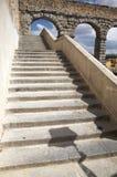 Forntida stentrappa till akvedukten Royaltyfri Fotografi