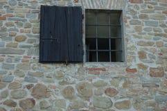Forntida stenvägg med fönstret arkivbilder