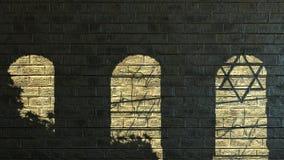 Forntida stenvägg med skuggor Royaltyfri Bild