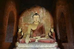 Forntida stor Buddhastaty inom gammal pagod i Bagan, Myanmar Arkivfoton
