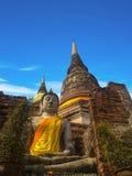 Forntida struktur med gamla pagoder mot blått sk Arkivbild