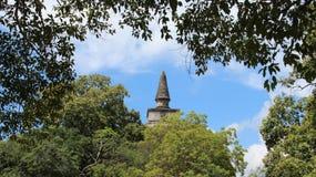 Forntida stupa med sidaramen i Sri Lanka royaltyfria bilder
