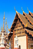 Forntida stupa på den buddistiska templet, Thailand Royaltyfri Bild