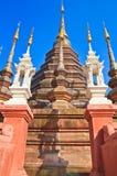 Forntida stupa på den buddistiska templet, Thailand Arkivbilder