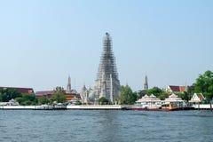 Forntida Stupa på Wat Arun Bangkok Royaltyfria Bilder