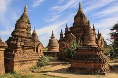 Forntida stupas i den arkeologiska zonen Bagan, Myanmar Burma Royaltyfri Fotografi