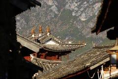 Forntida tak i den Shaxi byn, en historisk köping längs den forntida tehästvägen, Yunnan, Kina royaltyfri foto