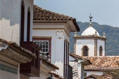 Forntida tak med ett gammalt kyrkligt torn i bakgrunden Royaltyfri Foto