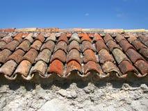 Forntida taklägga belägger med tegel Arkivfoton