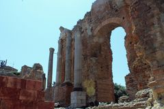 Forntida Taormina teater royaltyfri bild