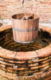 Forntida tappning för trä för vattenhink Arkivfoto