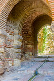 Forntida tegelstenpassagedörr i den berömda laen Alcazaba i Malag Fotografering för Bildbyråer