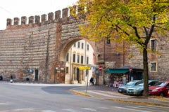 Forntida tegelstenvägg i mitt av Verona, Italien Arkivbild