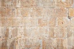 Forntida tegelstenvägg med georgian bokstäver Fotografering för Bildbyråer