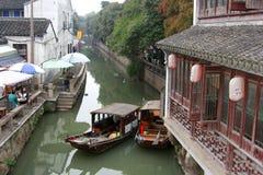 Forntida tehus och fartyg i en kanal i den forntida vattenstaden Suzhou, Kina Arkivfoton