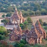 Forntida tempel i Bagan den arkeologiska zonen, Myanmar Royaltyfria Bilder