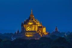 Forntida tempel i Bagan efter solnedgång Royaltyfri Foto