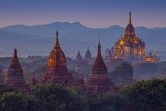 Forntida tempel i Bagan efter solnedgång Arkivfoton