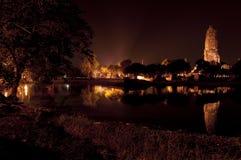 Forntida tempel som reflekterar in i vattnet på natten, Thailand Fotografering för Bildbyråer