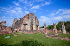 Forntida tempel under blå himmel i Thailand Arkivfoton
