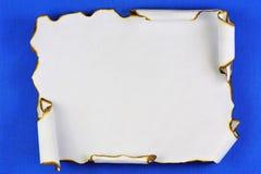 Forntida textur av den gamla pappers- snirkeln, bakgrund f?r att skriva kreativitet Tappningpapperssnirkel med m?rka kanter, bl?  royaltyfria foton