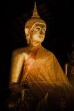 Forntida thai guld- buddha i natt Royaltyfria Bilder