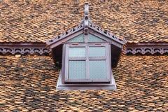 Forntida thai stilfönster på taket Arkivfoton