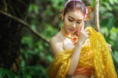 Forntida thailändsk kvinna i traditionell dräkt av Thailand Royaltyfria Bilder