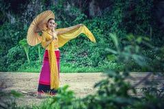 Forntida thailändsk kvinna i traditionell dräkt av Thailand Arkivbild
