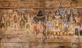 Forntida thailändsk vägg- målning på trätempelväggen Arkivbilder