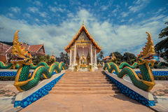 Forntida thailändskt tempel Wat Karon Suwan Khiri Khet tempel Phuket, Thailand Draketrappaingång Royaltyfri Bild
