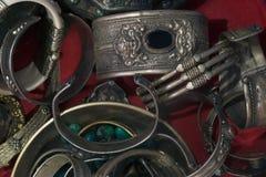 Forntida tibetana massiva armband med buddistiska modeller Arkivbild