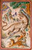 Forntida tigrar planlägger på väggbakgrund i kinesisk tempel på Ph Royaltyfri Fotografi