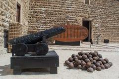 Forntida tillbaka kanon med ammo i det arabiska fortet Royaltyfria Bilder