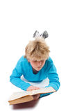 forntida tonåring för bokpojkeavläsning Arkivfoto