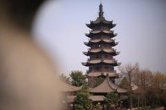 Forntida torn för forntida stad i Shanghai Sijing royaltyfri fotografi