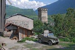 Forntida torn i bergbyn av Svaneti Georgia Mestia Royaltyfria Bilder