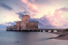 Forntida torn på havet Arkivbilder