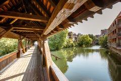 Forntida träbro i Nurnberg, Tyskland royaltyfria bilder